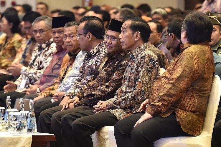 Presiden Joko Widodo (kedua kanan) didampingi Ketua KPK Agus Rahardjo (ketiga kanan), Menteri Perencanaan Pembangunan Nasional/Badan Perencanaan Pembangunan Nasional (PPN/Bappenas) Bambang Brodjonegoro (kanan), dan Mensesneg Pratikno (keempat kanan) menghadiri Pembukaan Konferensi Nasional Pemberantasan Korupsi ke-12, sekaligus Peringatan Hari Anti Korupsi Sedunia Tahun 2017 serta Peluncuran Aplikasi e-LHKPN, di Jakarta,  Senin (11/12). Dalam kesempatan tersebut presiden memerintahkan pembenahan sistem pemerintahan, pelayanan dan administrasi serta peningkatan kesadaran masyarakat untuk ikut mencegah dan memberantas korupsi.