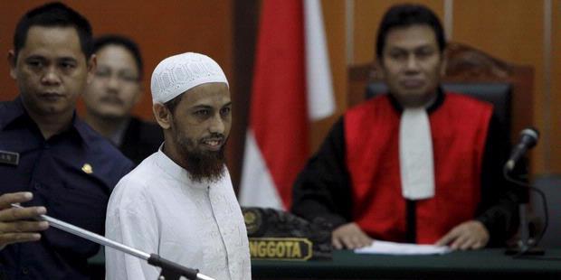 Terdakwa tindak pidana terorisme, Hisyam bin Ali Zein alias Umar Patek, menjalani sidang perdana di Pengadilan Negeri Jakarta Barat, Senin (13/2/2012). Umar Patek terlibat dalam sejumlah aksi teror di Indonesia, seperti Bom Bali I tahun 2002, bom natal tahun 2000 terlibat dalam pelatihan militer di Pegunungan Jalin Jantho, Aceh Besar dan menyembunyikan keberadaan pelaku teroris, Dulmatin pada Juni 2009 sampai Maret 2010. Buronan yang ditangkap polisi Pakistan awal Maret 2011 ini, dijerat dengan pasal berlapis yaitu Pasal 9, Pasal 13 UU Nomor 15 Tahun 2003 tentang Pemberantasan Tindak Pidana Terorisme, Pasal 340 KUHP, UU Darurat Tahun 1951, Pasal 266 KUHP, dan Pasal 55 UU Imigrasi.
