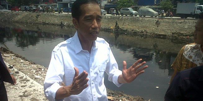 Jokowi Janji Gempur Habis Bangunan di Sisi Sungai Pakin
