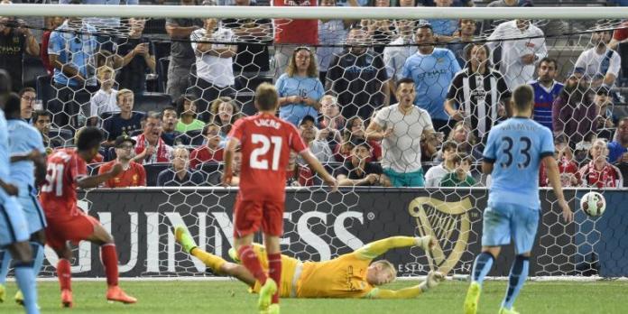 Striker Liverpool, Raheem Sterling (2 dari kiri) mencetak gol ke gawang Manchester City yang dikawal Joe Hart