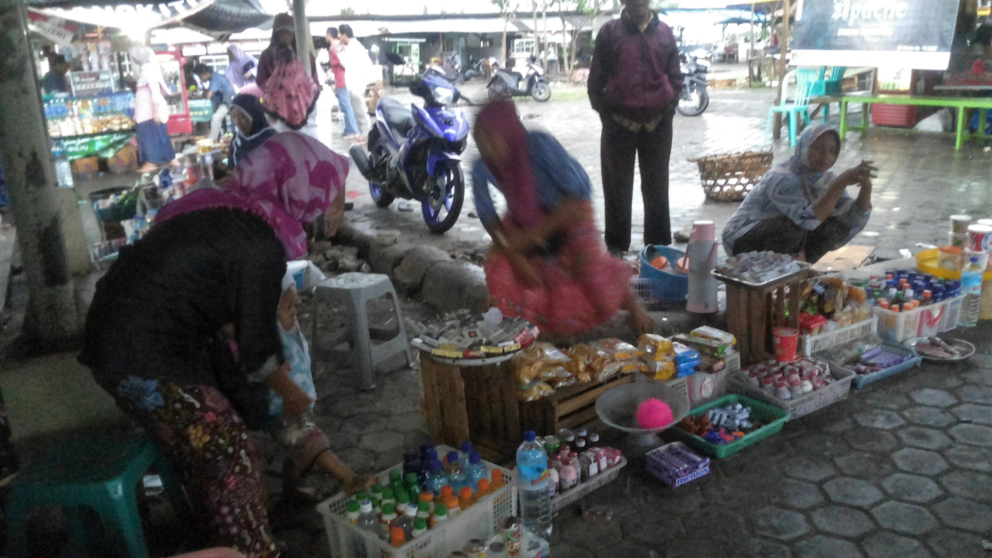 Menggelar dagangan tidak pada kios yang disediakan di Bandara Internasional Lombok.  Sumber gambar: koleksi pribadi