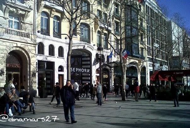 kalau belanja-belanja mah mendingan beli untuk diri sendiri daripada beli titipan orang. Foto ini menampilkan distrik Champs-Elysees di kota Paris yang banyak dikunjungi wisatawan asal Indonesia untuk shopping, tapi harganya? Huehe... (foto: dok.pri)