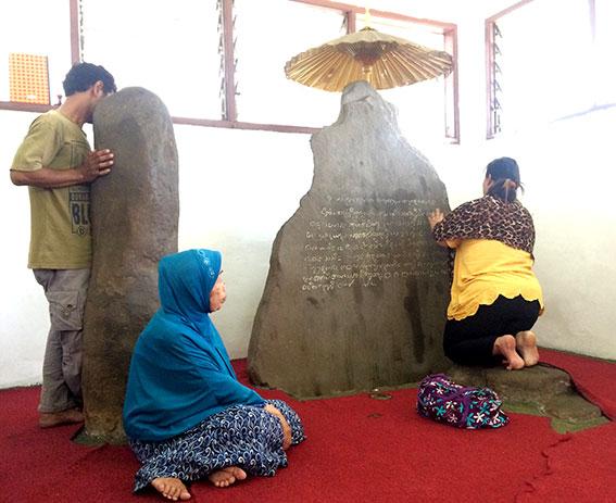 Prasasti Batutulis di depan Istana Batutulis, Bogor.