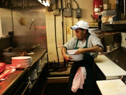 レストランの皿洗いといった仕事は、自動化の大きな影響を受けそうだ。