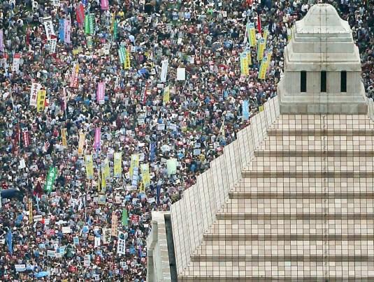 2015年8月30日、国会議事堂前で安倍首相の安保法案に反対し、プラカードを手にスローガンを叫ぶ人々