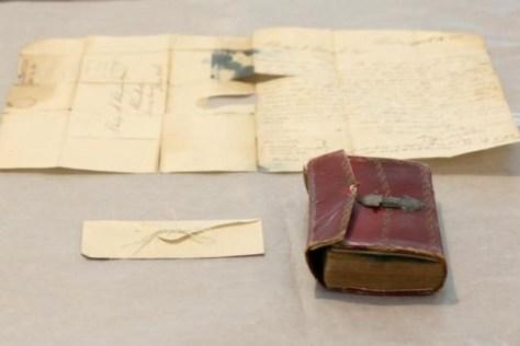 Image: Union College 髪はコンパクトな革表紙の本に挟まっていた封筒の中から見つかりました