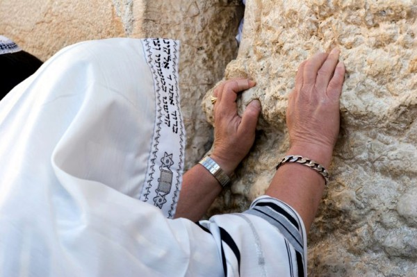 https://i2.wp.com/assets.messianicbible.com/wp-content/uploads/2014/05/849-prayer-Wall-tallit-600x399.jpg