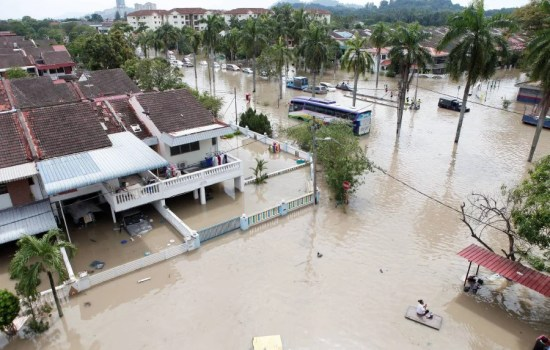 Penang folk were left stunned by the flash floods which crippled parts of the state following prolonged rain which began yesterday   afternoon. (Pic by AMIR IRSYAD OMAR)