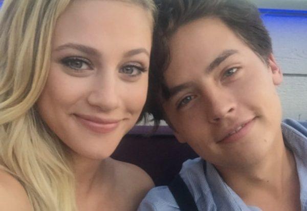 Lili Reinhart e Cole Sprouse em foto publicada no Instagram (Reprodução)