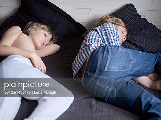 plainpicture plainpicture p312m1495475 boys lying on bed deepol by plainpicture lena modigh