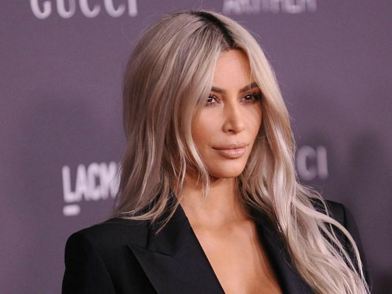Kim Kardashian ose la robe transparente dans la rue !