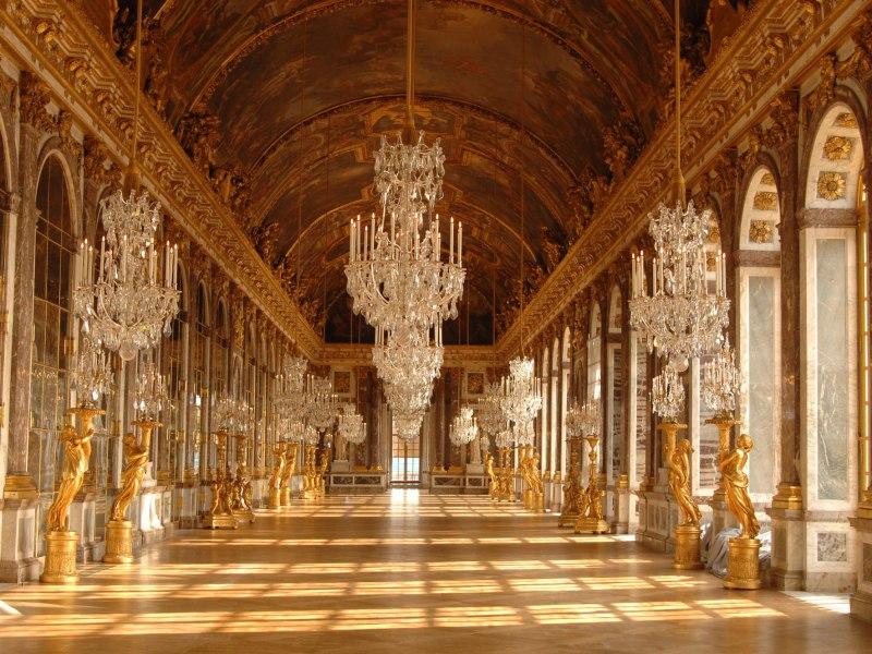 Versailles : L'entrée du château lui est refusée à cause de sa tenue