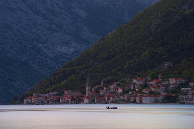 Съёмка на длинной выдержке со штатива. Город и горы резкие, а рыбацкая лодка размылась, ведь она раскачивалась на волнах. Nikon D810 / Nikon 70-200mm f/4G ED AF-S VR Nikkor