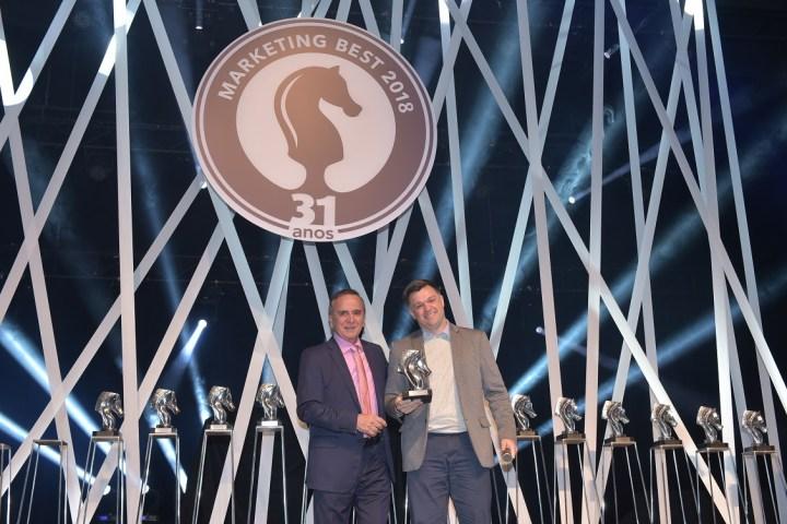 Decio Clemente entrega troféu da ESPM, representada por Eduardo Motta