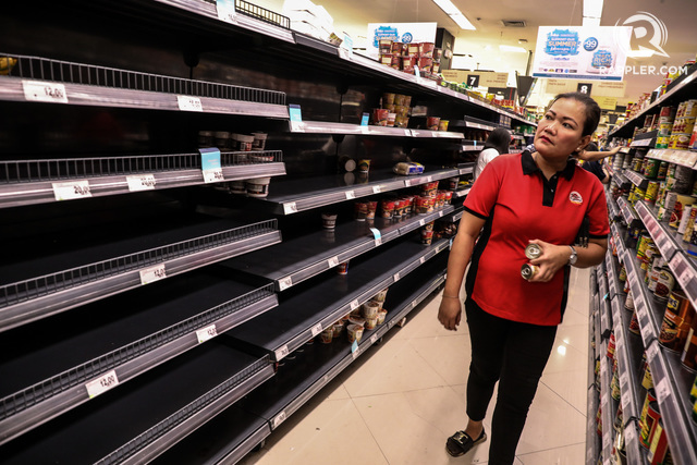 RECESSION. Buyers buy the few remaining grocery stocks in Taguig after the foreclosure. File photo by Jire Carreon / Rappler