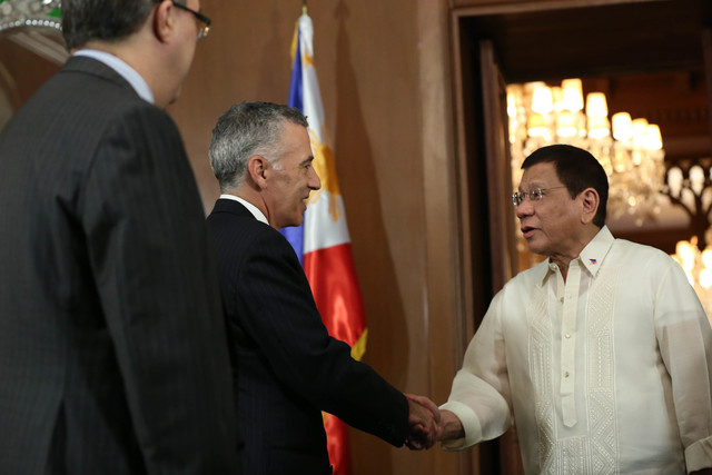 CIVIL MOMENT. President Rodrigo Duterte meets US Ambassador Philip Goldberg in Malacañang Palace on July 19, 2016. Photo by Presidential Photographers Division