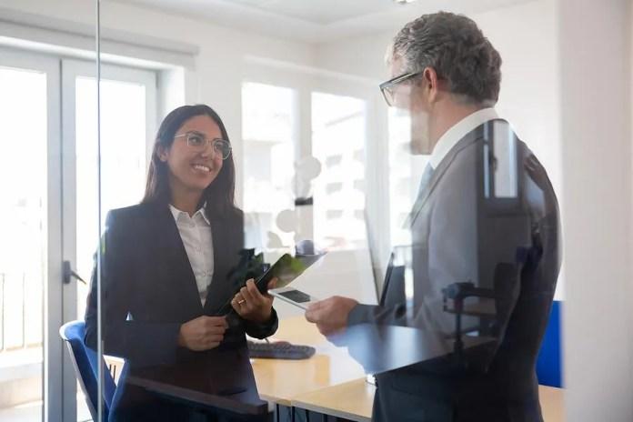 महिला अपने बुरे बॉस से बात करती है