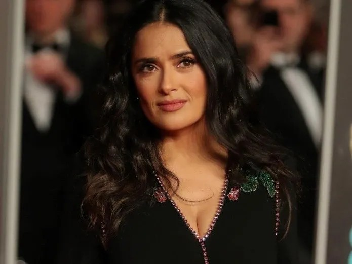 Salma Hayek, with a black swimsuit and her figure, shocks fans (AFP)