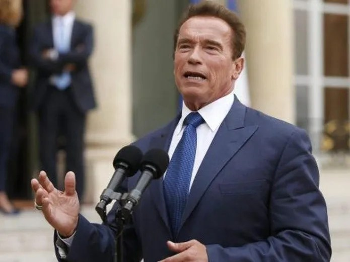 They operate on Arnold Shwarzenegger of the heart, and he goes out for a walk! (EFE)