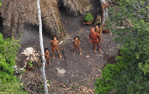 Los avistamientos de indígenas no contactados han aumentado en la misma región en la que hace cuatro años se fotografió y grabó desde el aire a un grupo de ellos. Estas imágenes dieron la vuelta al mundo.