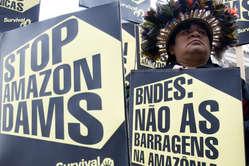 Gli Indiani amazzonici chiedono che sia fermata la costruzione della diga Belo Monte.