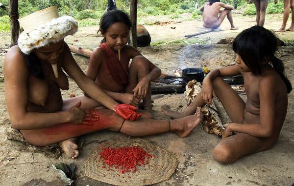Como muchos otros pueblos indígenas de América del Sur, los zo'é utilizan la pasta de anato para pintar sus cuerpos y sus rostros.