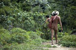 Las mujeres zo'é suelen llevar a sus bebés en portabebés que tejen con fibras de palma o el algodón que cultivan en sus huertas.
