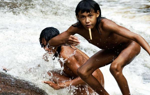Los niños zo'é comienzan a llevar el palo en el labio inferior entre los siete y los nueve años; a medida que crecen se les van poniendo palos de mayor tamaño.