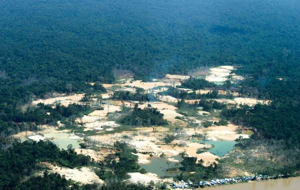 Esse é apenas um dos vários garimpos ilegais no território Yanomami