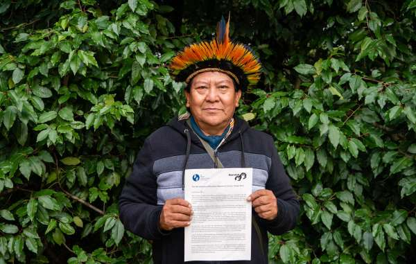 """Davi Yanomami mostra carta dirigida ao ministro Sergio Moro expressando """"profunda preocupação com a segurança dos indígenas"""" e pedindo ação urgente."""