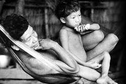 """""""Il progresso può uccidere"""" di Survival denuncia i pericoli che l'imposizione dello sviluppo costituisce per i popoli indigeni."""