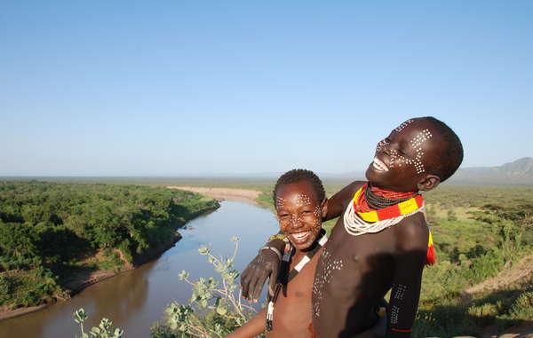 Deux membres de la tribu karo, près de l'Omo, une rivière indispensable à leur survie.