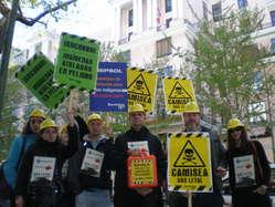 Concentración ante la embajada de Perú en Madrid  contra la expansión del proyecto Camisea.