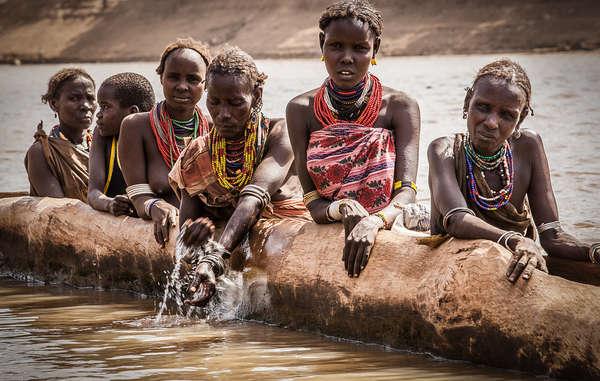 Gli indigeni della bassa valle dell'Omo dipendono dalle esondazioni stagionali per irrigare le coltivazioni e abbeverare il bestiame.