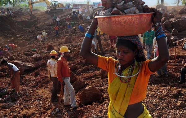Les Baiga travaillent dans des conditions épouvantables dans la mine de bauxite de Bodai-Daldali, dans l'Etat de Chhattisgarh. Alors qu'auparavant, ils vivaient de façon durable dans la forêt, ils sont désormais exploités et confrontés à la pauvreté depuis leur expulsion.