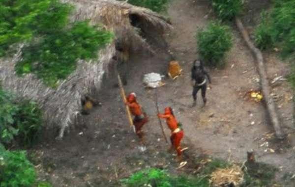 Los indígenas no contactados apuntan con sus arcos y flechas a una avioneta que sobrevuela por encima de ellos (fotografía de 2008).