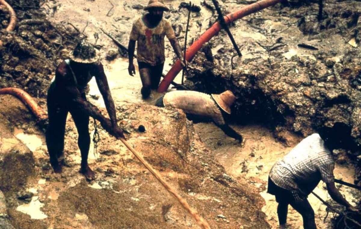 Mineros ilegales trabajando ilegalmente en tierritorio yanomami.