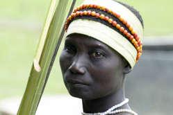 Una donna Jarawa ritorna nella foresta dopo aver raccolto cibo ai margini della riserva della tribù.