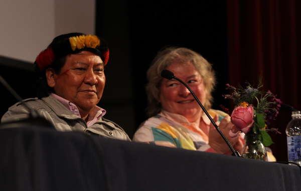 """Nel corso del suo viaggio Davi Yanomami ha tenuto diversi discorsi illuminanti, e ha venduto e firmato copie del suo nuovo libro """"The Falling Sky"""" ('La caduta del cielo')"""