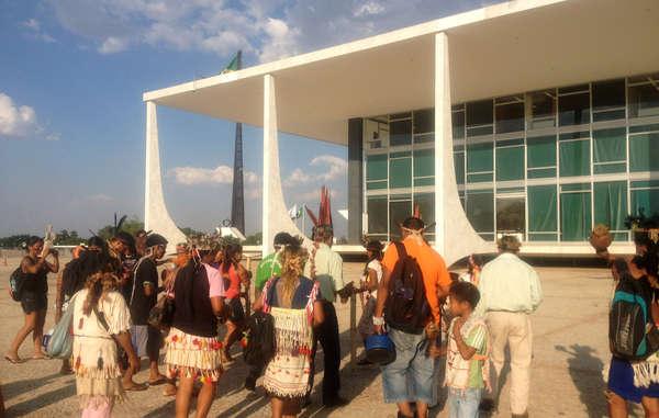Cuarenta líderes guaraníes viajaron más de 1000 km hasta Brasilia para insistir en que las autoridades demarquen su tierra ancestral.