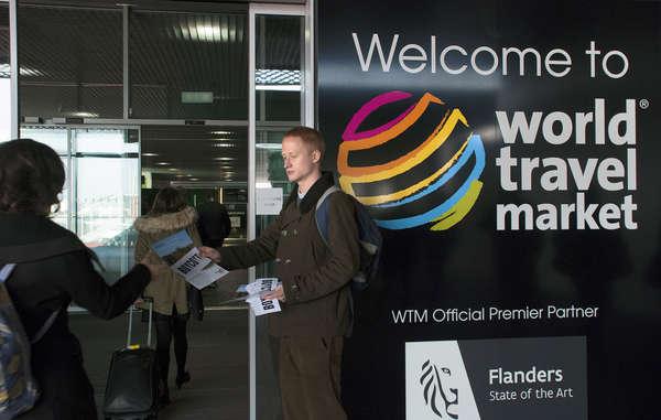 Activistas distribuyen folletos entre los visitantes del World Travel Market en Londres llamando al boicot turístico a Botsuana hasta que se permita a los bosquimanos vivir en paz en sus tierras.