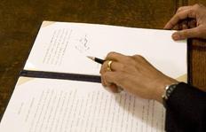 O Μπαράκ Ομπάμα υπογράφει το διάταγμα για το κλείσιμο της φυλακής στο Γκουαντάναμο