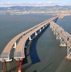 Η νέα αντισεισμική γέφυρα του Σαν Φρανσίσκο χτίζεται δίπλα στην παλιά, η οποία θα γκρεμιστεί.