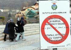 Η απαγόρευση του δημάρχου τυπώθηκε και στα αραβικά και αναρτήθηκε σε ... πινακίδες.