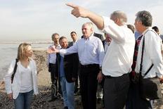 Στην παραλία του Αλίμου βρέθηκε το πρωί ο πρωθυπουργός όπου, παρουσία του ιδίου και της υπουργού Περιβάλλοντος Τίνας Μπιρμπίλη, ξεκίνησε η κατεδάφιση αυθαίρετων κτισμάτων