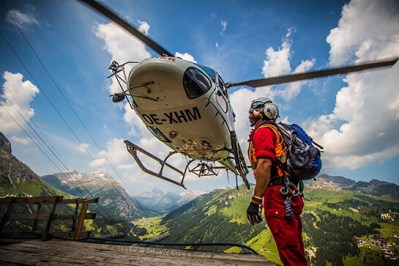 Wucher Helicopter XHM and loadmaster in action in Lech Zürs