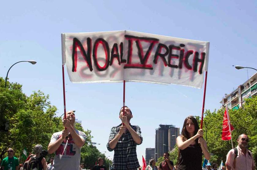 """""""Nein zum 4. Reich"""": Über die derzeitige Wahrnehmung Deutschlands in Teilen Europas liest man hierzulande wenig. (Foto: Felipe Hernández/vice.com)"""