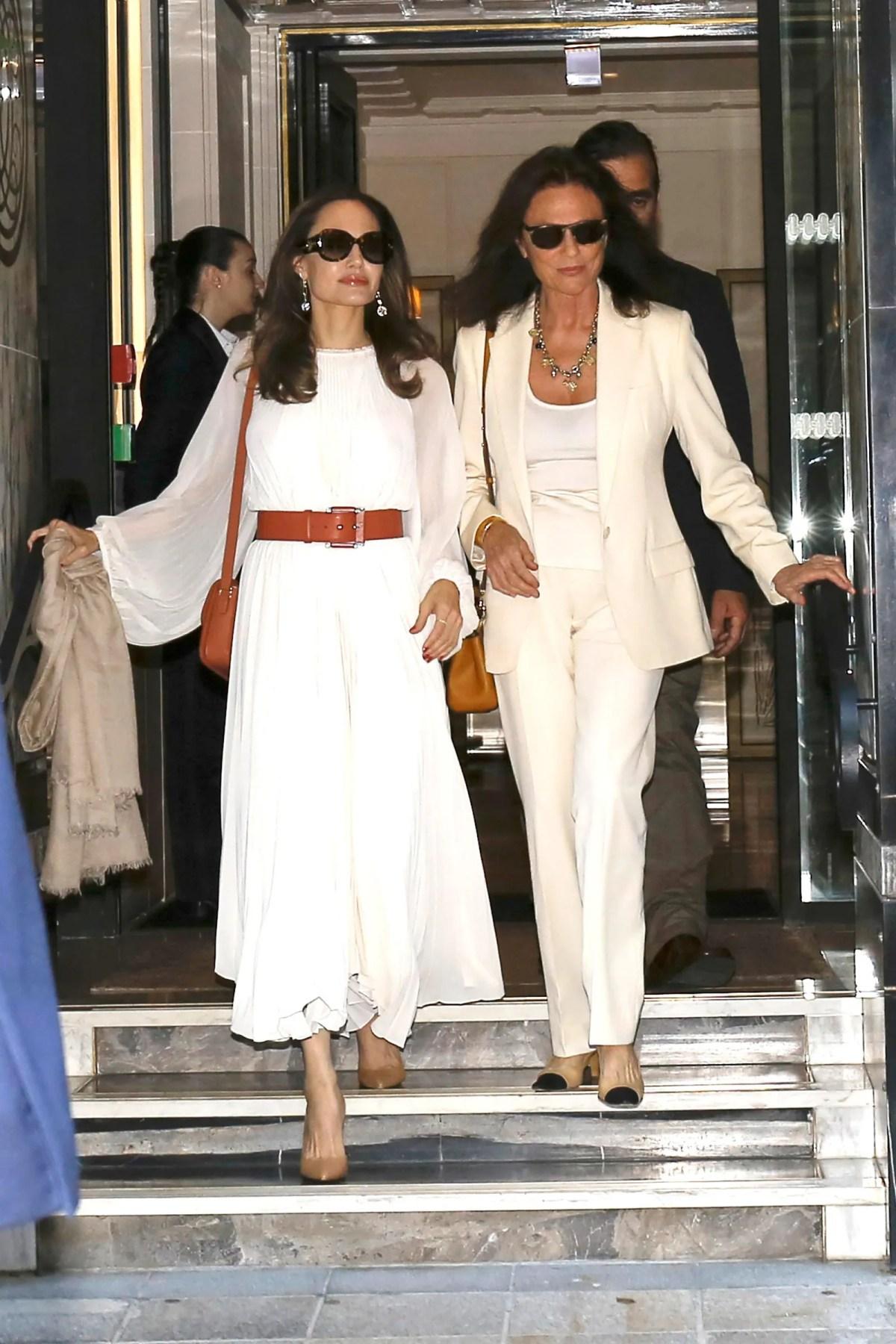 Angelina Jolie s'appuie sur le style parisienne