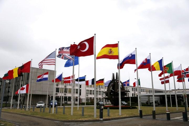 Σημαίες έξω από μια συνεδρίαση του ΝΑΤΟ