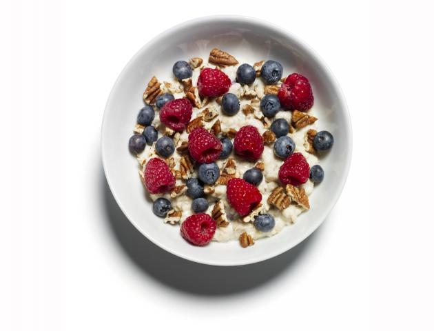 Porridge with pecans and berries